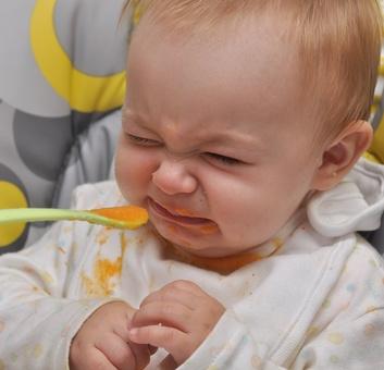 bébé mangeant