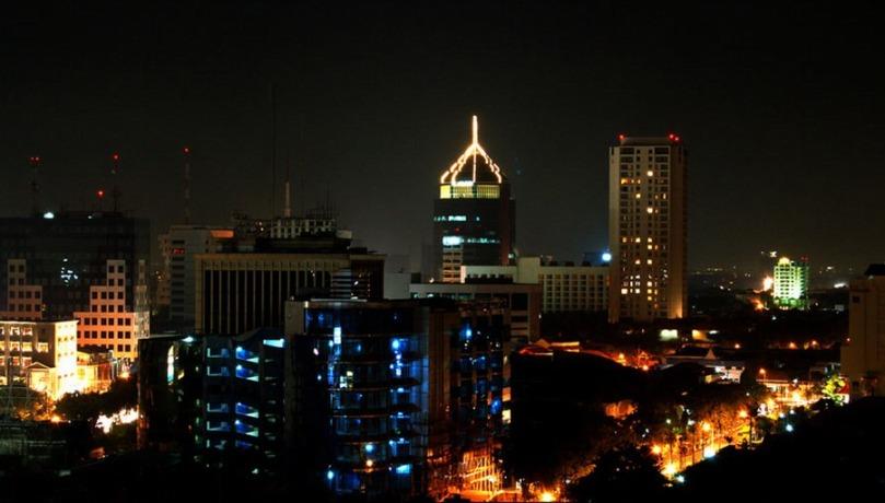 Surabaya_Zentrale_Wolkenkratzer_Abend